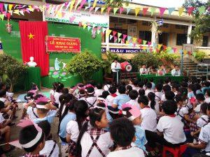 Đại diện nhà trường thày iệu trưởng Nguyễn Thanhg Tâm phát biểu trong buổi lễ khai giang