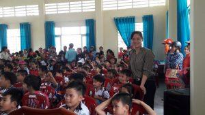 Giáo viên cùng học sinh phấn khơi rogn buổi tặng quà Trugn thu.
