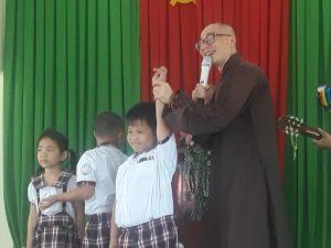 Sư thầy giao lưu trò chơi với các học sinh