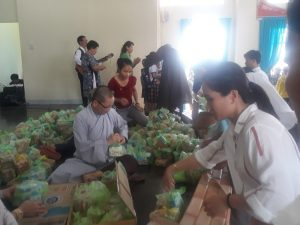 Công tác chuẩn bị phát quà Trung thu cho các em học sinh.