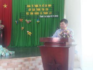 Thay mătđịa phương ông Đoàn Văn Tuấn phát biểu cảm on nhưng chân ình của đànđã dành ho học sinh
