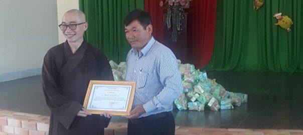 Ông Đoàn Văn Tuấn trao giấy cảm tạ cho đoàn tự thiên TP HCM.