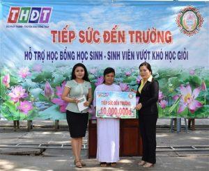 bà Kiều Thị Mỹ Trinh - Trưởng Phòng Hành chính trao học bổng cho em Ái Trân