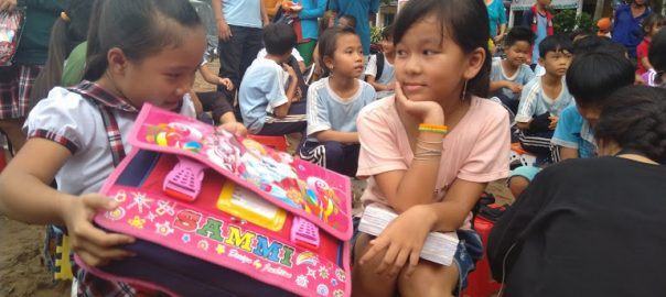 Học sinh rất vui khi nhận được quà.