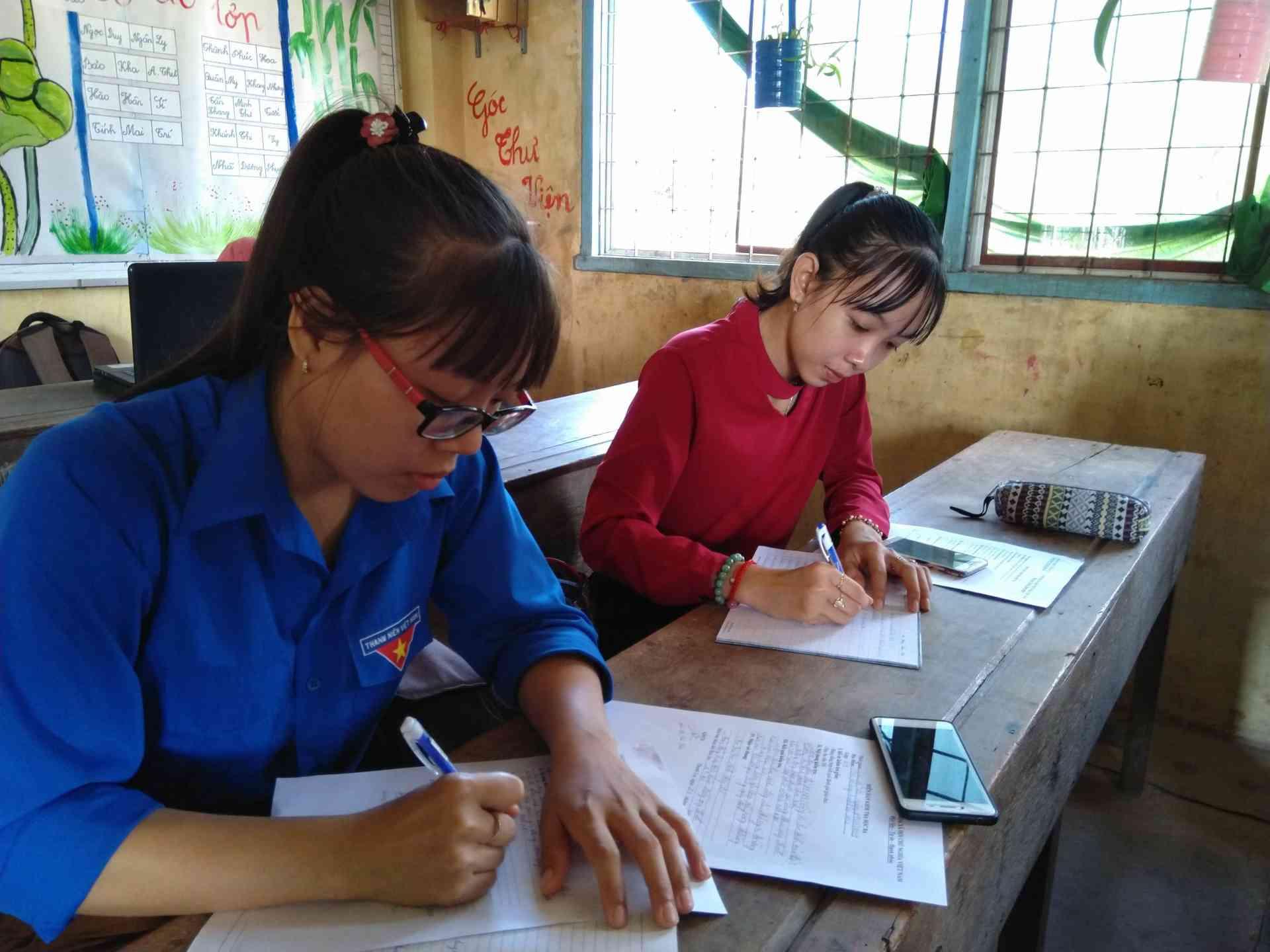 Giáo viên ghi chép cẩn thận trong buổi tổng kết chuyên môn.