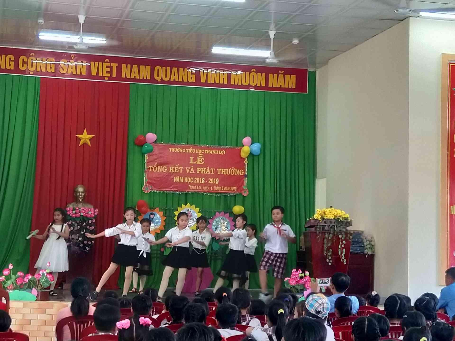Tiếp mục của các em học sinh lớp 4 biẻu diễn