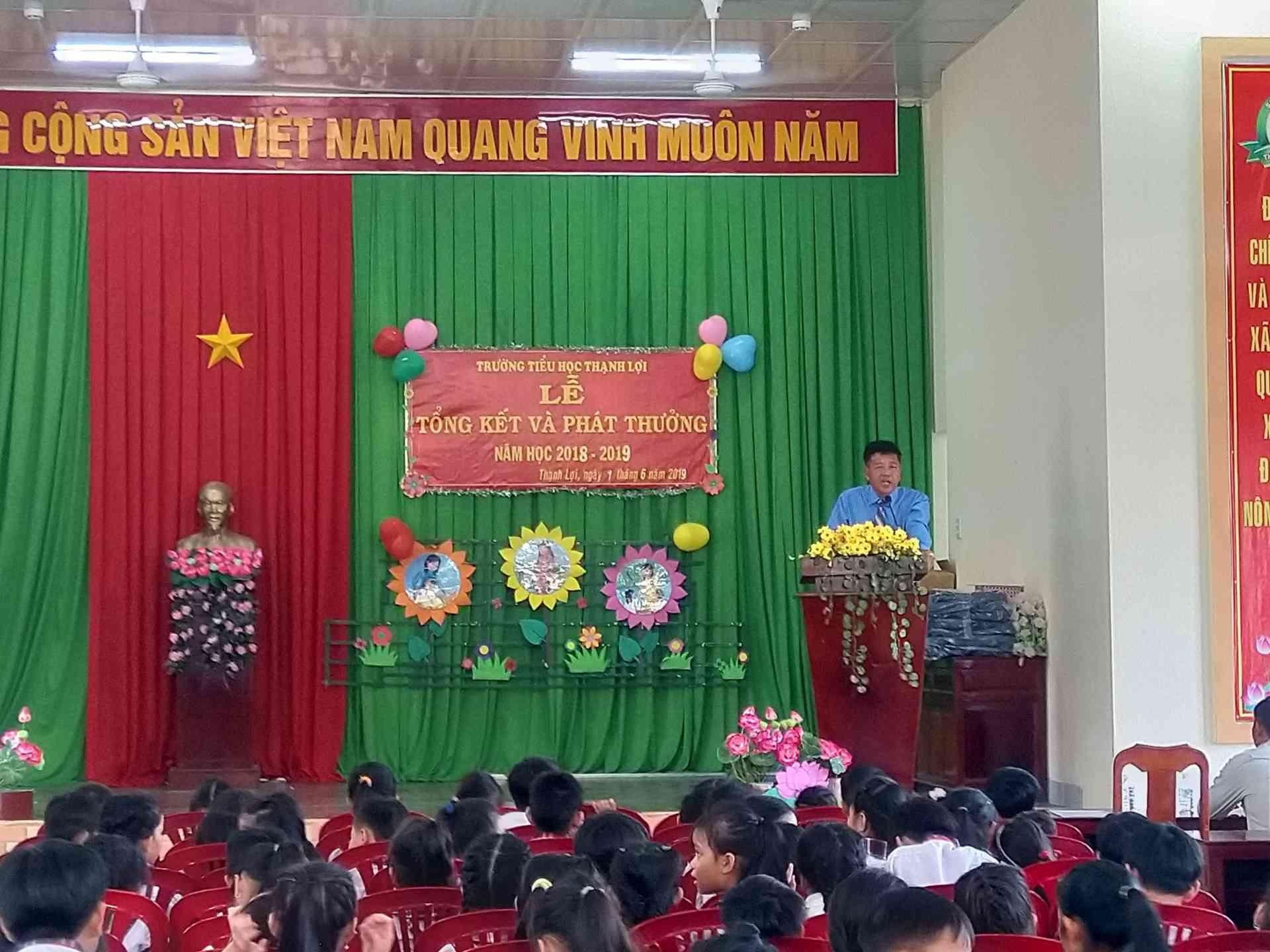 Thầy Nguyễn Thành Tâm Bí thư , Hiệu trưởng nhà trường báo cáo các kết quả đạt được trong năm học 2018-2019.