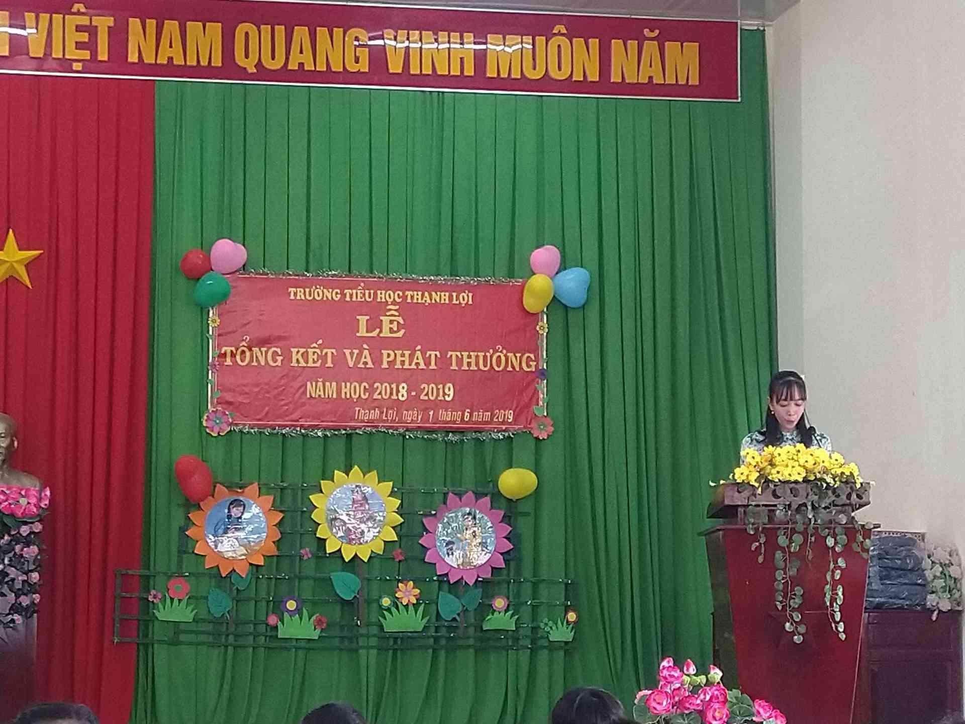 Cô Lượng Thị Phước giáo viên dạy lớp 4/3 phát biểu cảm nghĩ của mình về một năm học.