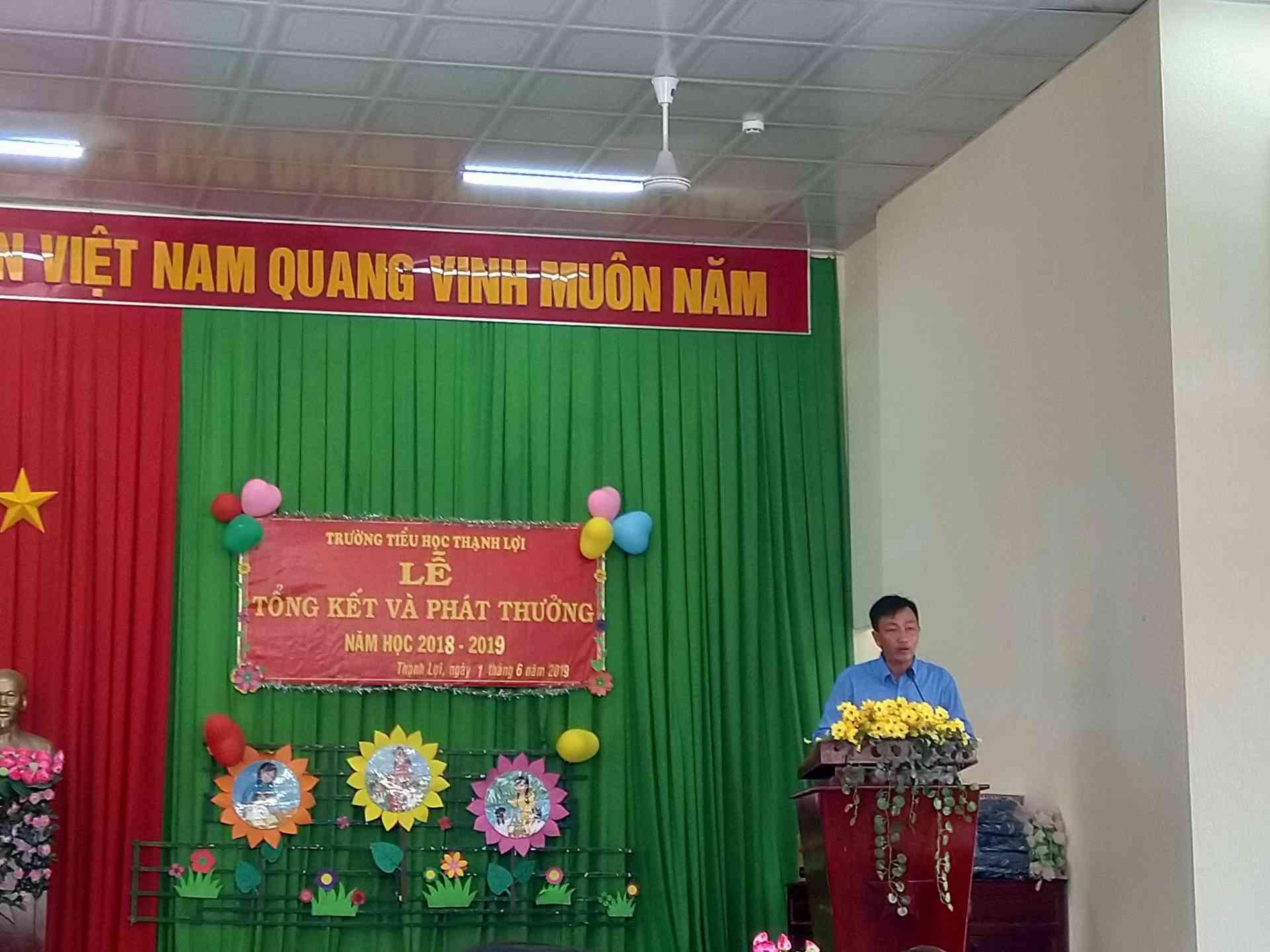 Thầy Trần Hữu Phước Chủ tịch công đoàn nhà trường thôn qua quyết định khen thưởng.