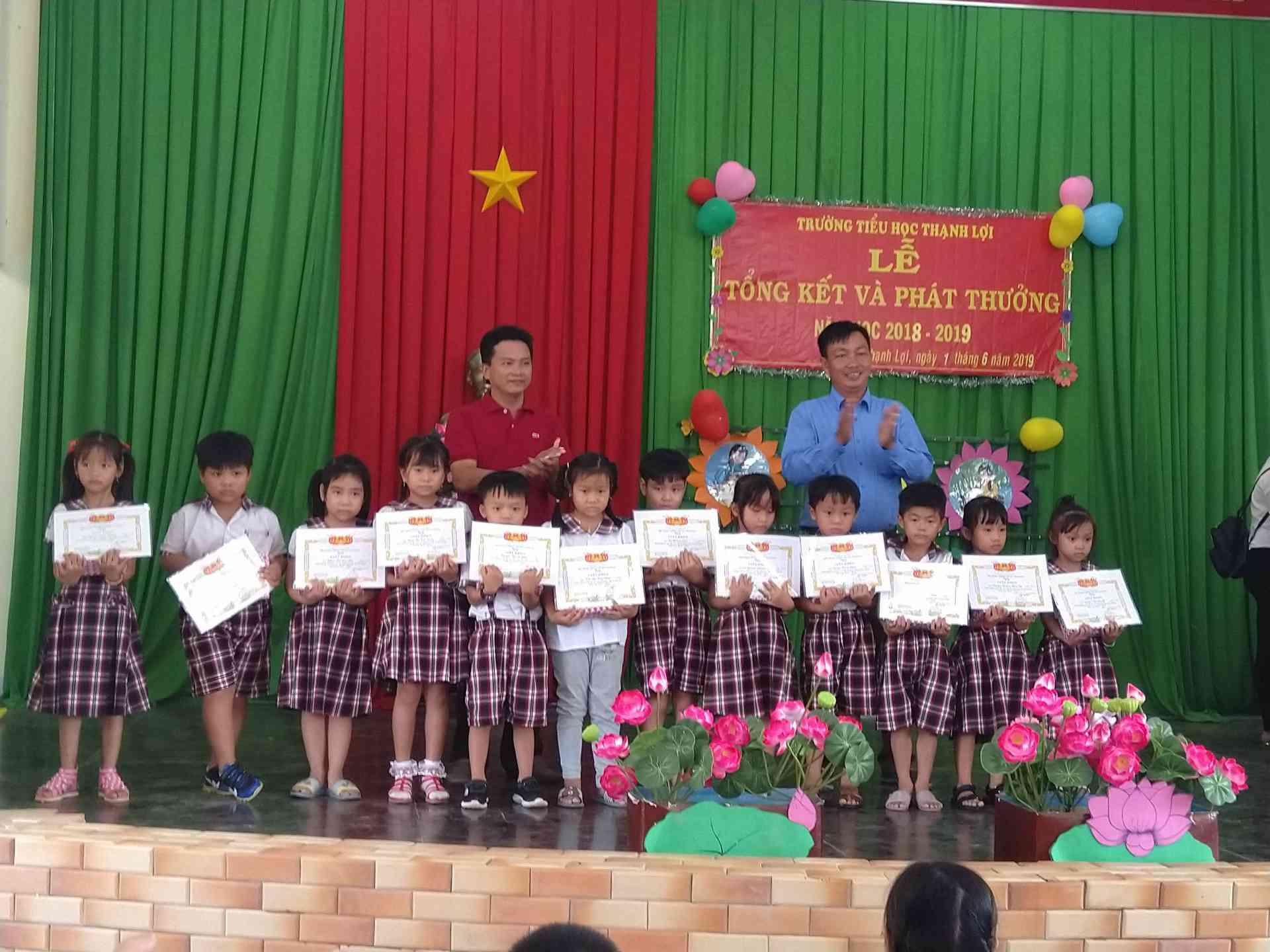 Những niệm vui của các em học sinh khi nhận được giấy khen và phần thưởng.