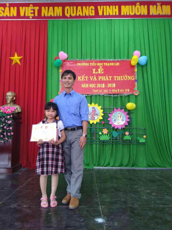 Niềm vui của thầy và trò khi học trò nhận được phần thưởng trong năm học 2018-2019